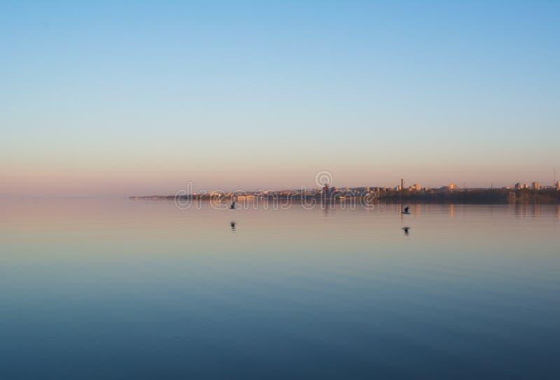 Ciudad en la puesta del sol foto de archivo