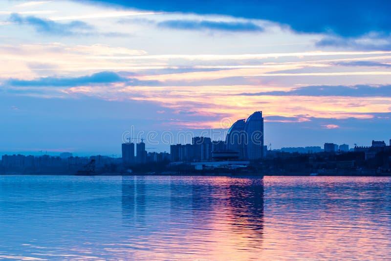 Ciudad en la puesta del sol imagen de archivo libre de regalías