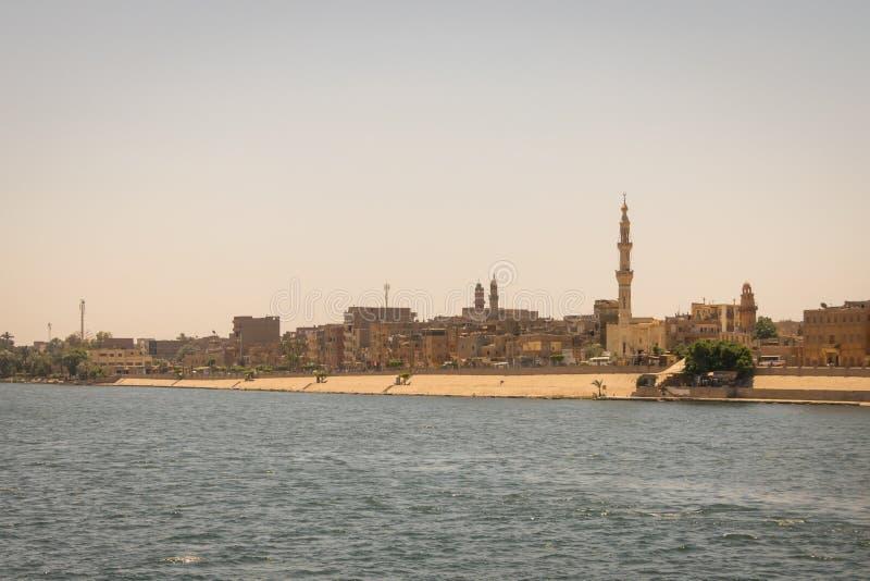Ciudad en los bancos del Nilo Egipto En abril de 2019 imagenes de archivo