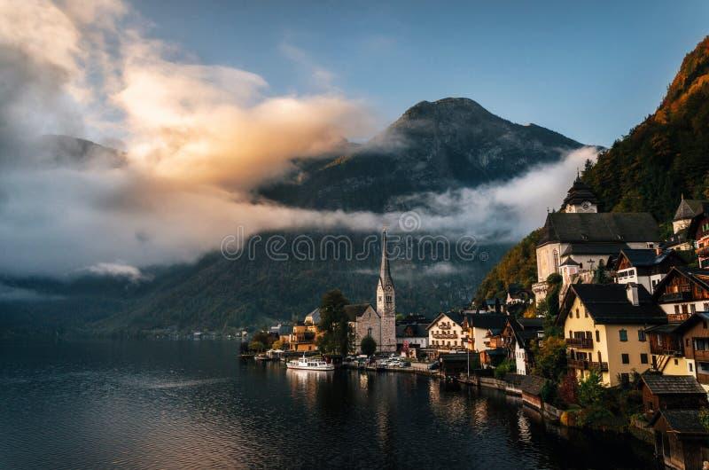 Ciudad escénica en otoño, Austria de Hallstatt imagen de archivo