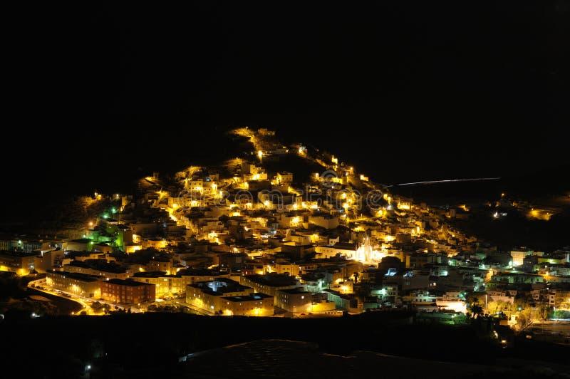 Ciudad española en la noche imagenes de archivo