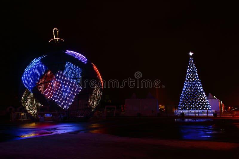 Ciudad festivamente adornada de la noche fotos de archivo
