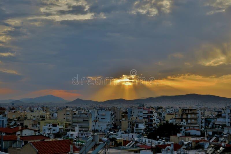 Ciudad grande en la cual los rayos del sol caen fotos de archivo libres de regalías