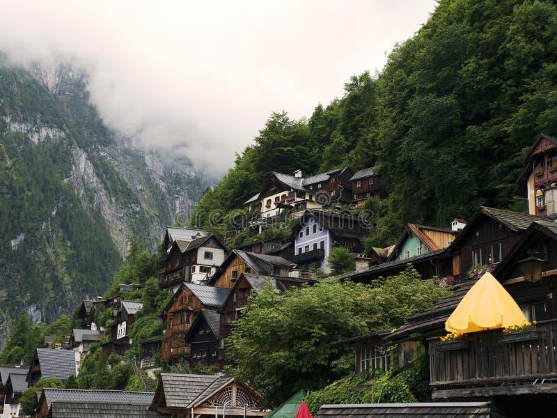 Ciudad Hallstatt con el lago de la montaña y las minas de sal Macizo alpino, barranco hermoso en Austria fotografía de archivo