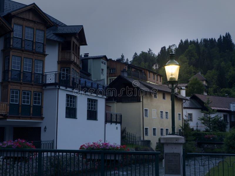 Ciudad Hallstatt de la noche con el lago de la montaña y las minas de sal Macizo alpino, barranco hermoso en Austria fotografía de archivo libre de regalías