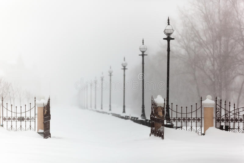 ciudad, helada, silencio, paisaje, terraplén en la nieve, invierno, ventisca, nieve imagenes de archivo