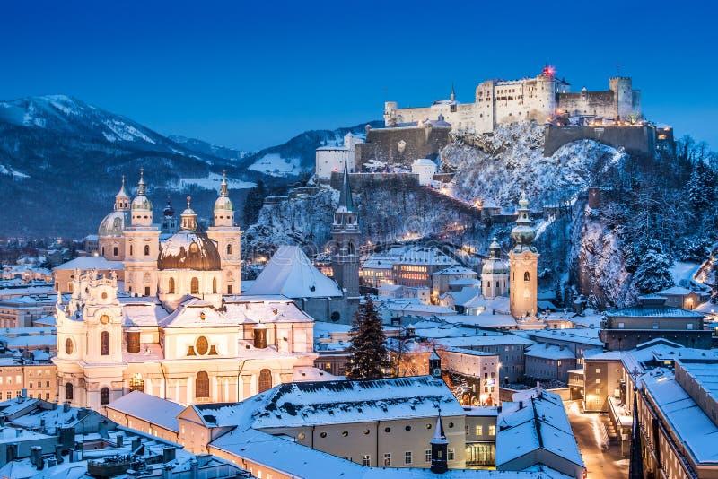 Ciudad histórica de Salzburg con Festung Hohensalzburg en el invierno, Austria imágenes de archivo libres de regalías