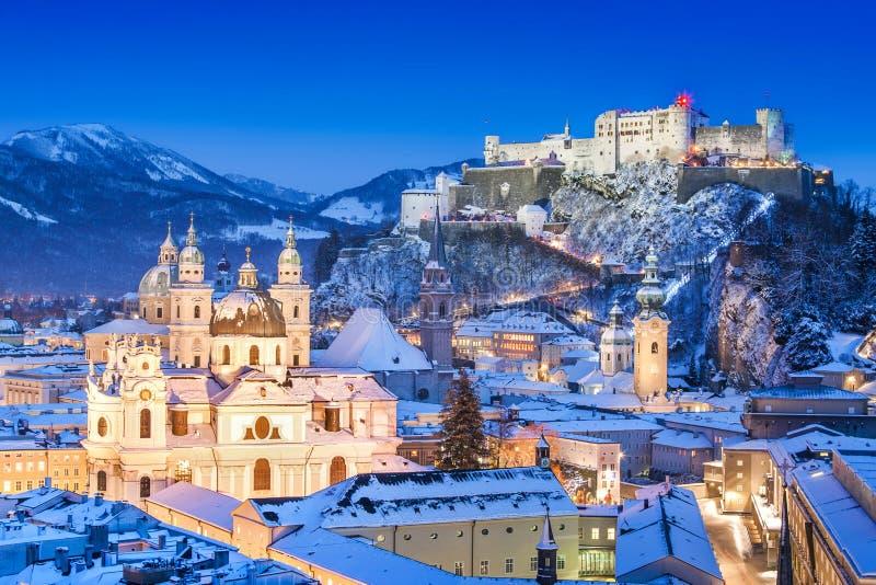 Ciudad histórica de Salzburg con Festung Hohensalzburg en invierno imagenes de archivo