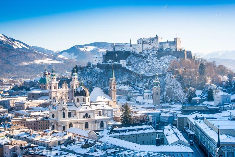 Ciudad histórica de Salzburg con Festung Hohensalzburg en invierno fotografía de archivo