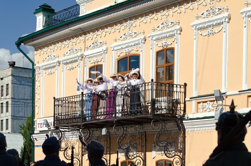 Ciudad histórica de Shadrinsk del festival, Rusia 25 de junio de 2017 Las señoras que agitan los pañuelos del balcón, más allá de fotos de archivo