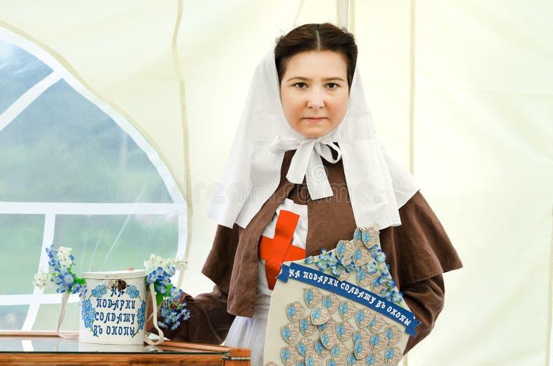 Ciudad histórica de Shadrinsk del festival, Rusia 25 de junio de 2017 Retrato del reportaje de la hermana de la misericordia, baj foto de archivo libre de regalías