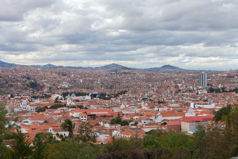 Ciudad histórica de Sucre con una visión aérea sobre la torre de la catedral en Bolivia, Suramérica imagen de archivo libre de regalías