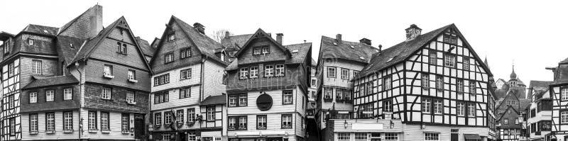 ciudad histórica del monschau en el alto panorama de la definición de Alemania blanco y negro imagen de archivo libre de regalías