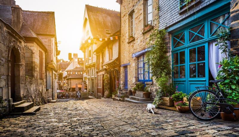 Ciudad histórica en Bretaña, Francia en la puesta del sol fotografía de archivo libre de regalías