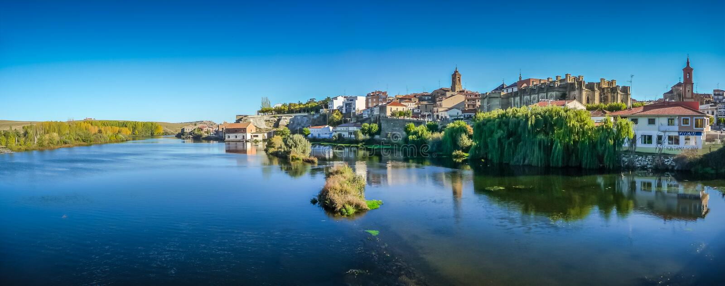Ciudad histórica hermosa Alba de Tormes, Castilla y León, España fotos de archivo