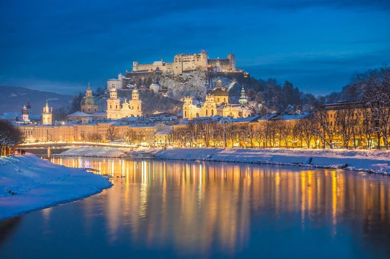 Ciudad histórica hermosa de Salzburg en invierno en la noche, Austria imágenes de archivo libres de regalías