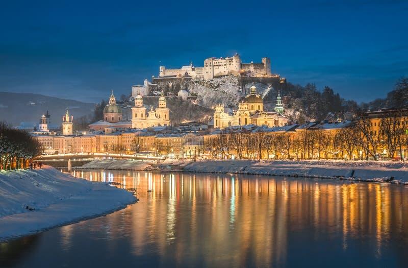 Ciudad histórica hermosa de Salzburg en invierno en la noche, Austria imagenes de archivo