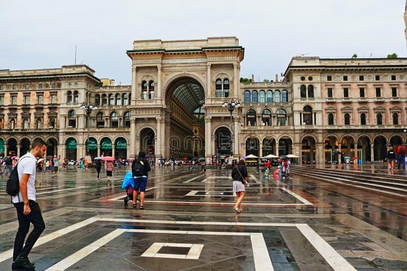 Ciudad histórica Italia de Milán de la opinión de día lluvioso del centro de Piazza del Duomo fotos de archivo libres de regalías