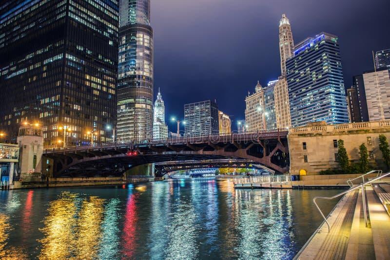 Ciudad iluminada de Chicago imagen de archivo libre de regalías