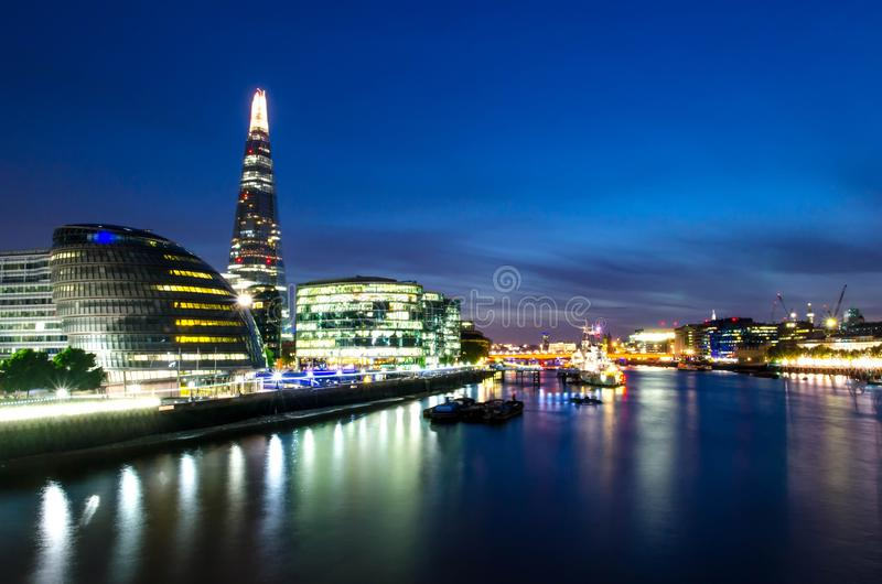 Ciudad/Inglaterra de Londres: Opinión sobre horizonte y el río Támesis durante crepúsculo del puente de la torre imágenes de archivo libres de regalías