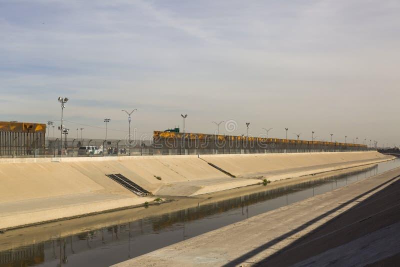 CIUDAD JUAREZ-CHIHUAHUA-MEXICO-JANUARY-2019:Взгляд Рио Гранде и Paso Техаса, где вы можете увидеть агенты иммиграции стоковое изображение