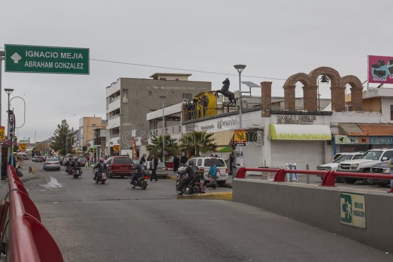 CIUDAD JUAREZ-CHIHUAHUA-MEXICO-JANUARY-2019:纪念碑从后面看见的x,在大河附近 库存图片