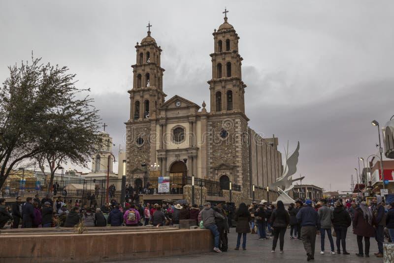 CIUDAD JUAREZ-CHIHUAHUA-MEXICO-MARCH-2019: Киоск на Calle 16 de Septiembre где вы можете увидеть собор города стоковое изображение rf