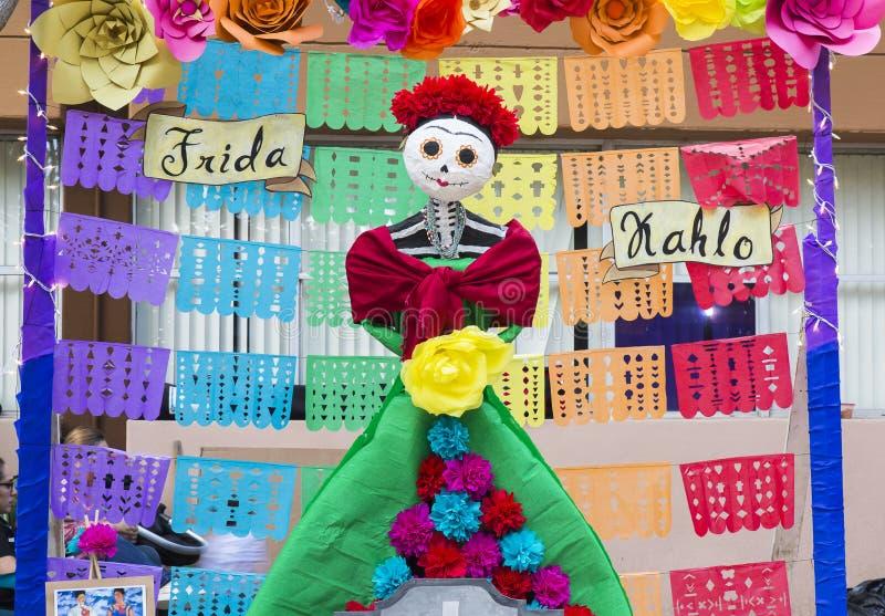 CIUDAD JUAREZ-CHIHUAHUA-MEXICO: NOVEMBER: Diagram som göras av papper som gör allusion till den mexicanska målaren Frida Kahlo royaltyfria foton