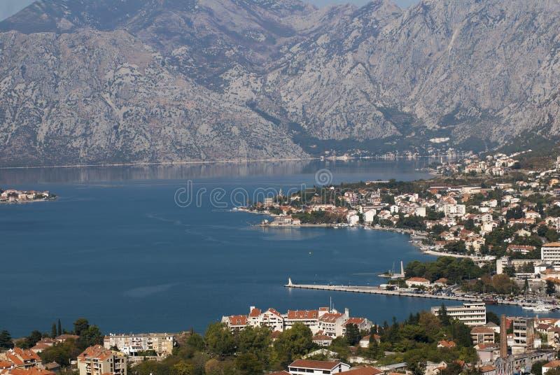 Ciudad Kotor en la bahía de Kotor foto de archivo