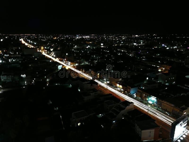 Ciudad ligera en la noche, él tan hermoso en fondo foto de archivo libre de regalías
