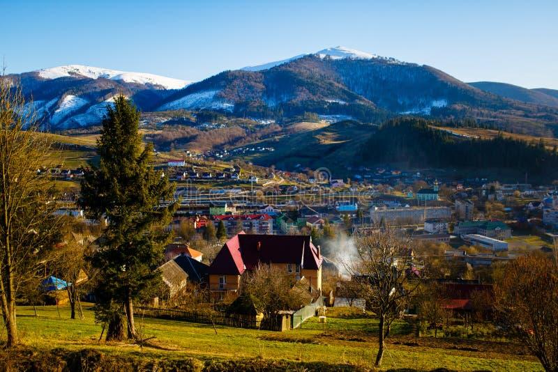 Ciudad local en montañas Paisaje temprano del resorte Volovets, Ucrania fotografía de archivo