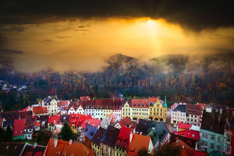 Ciudad medieval de Loket Vista desde Loket Castle, Bohemia, República Checa imágenes de archivo libres de regalías