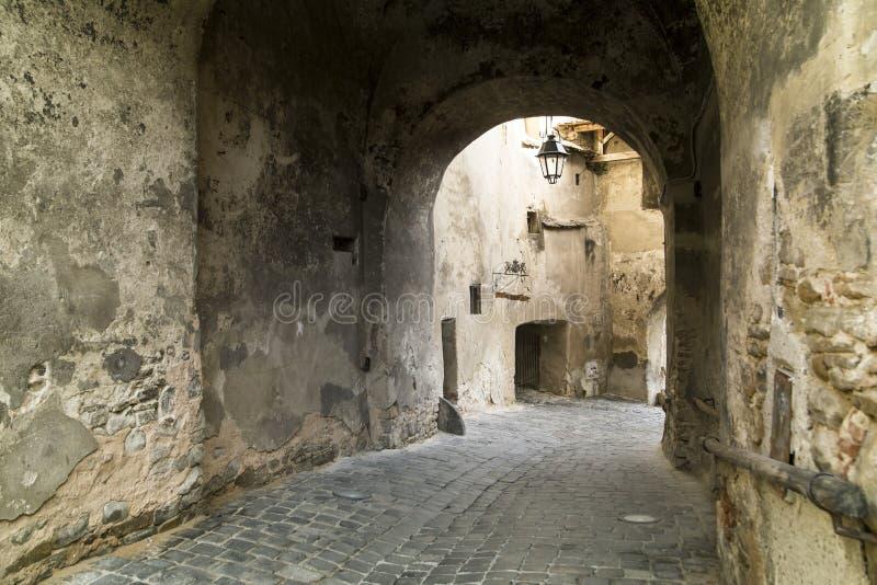 Ciudad medieval de Sighisoara, Rumania calle fotografía de archivo