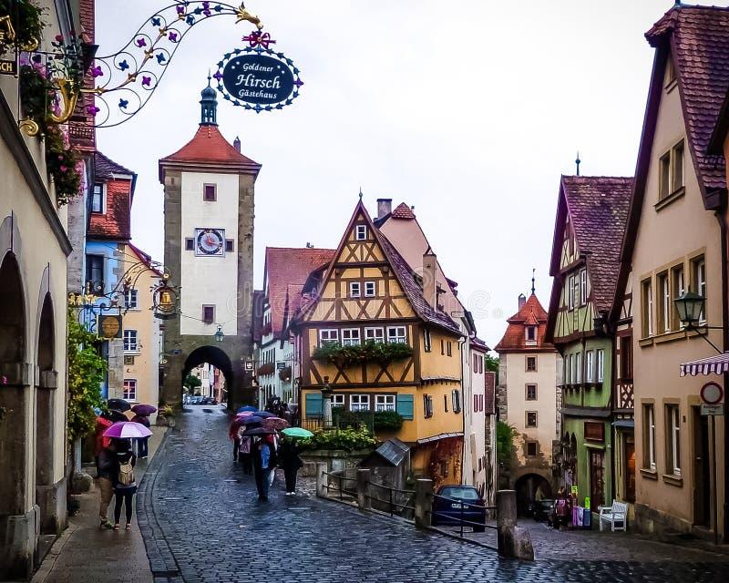 Ciudad medieval del guión del der Tauber del ob de Rothenburg en un día lluvioso foto de archivo