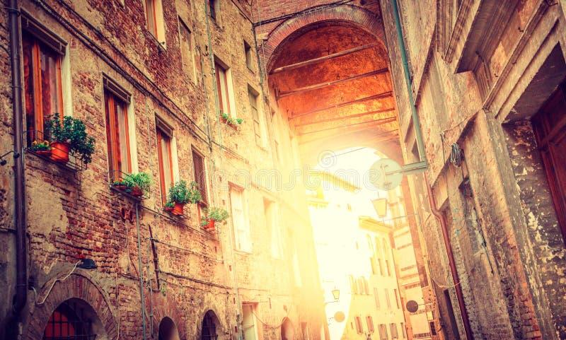 Ciudad medieval europea, calle de Italia - de Siena foto de archivo