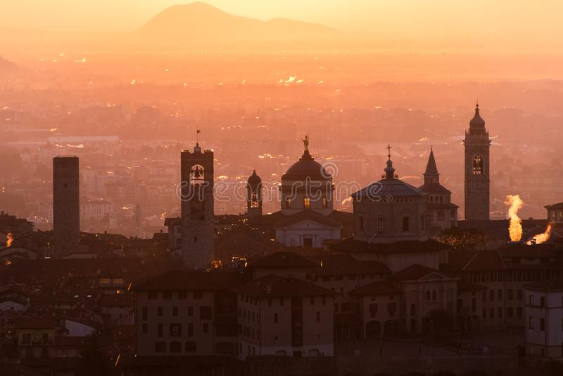 Ciudad medieval hermosa en la mañana de la salida del sol con vistas principales de Bérgamo Lombardía de Castello di San Vigilio, fotografía de archivo libre de regalías