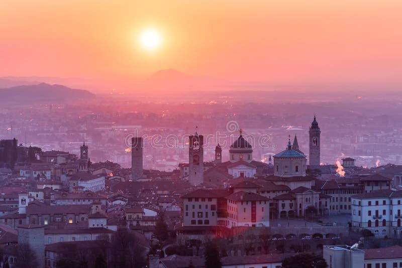 Ciudad medieval hermosa en la mañana de la salida del sol con vistas principales de Bérgamo Lombardía de Castello di San Vigilio, imagen de archivo