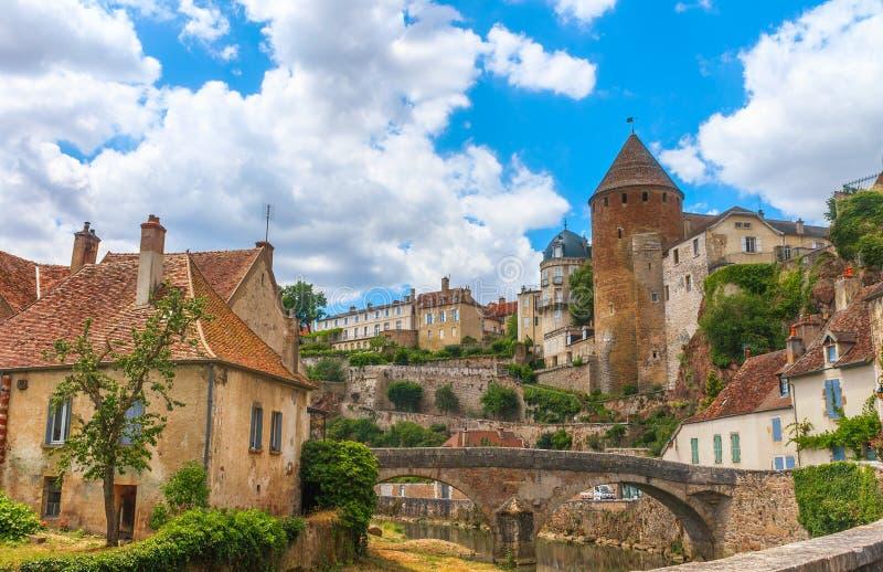 Ciudad medieval pintoresca de en Auxois de Semur fotografía de archivo
