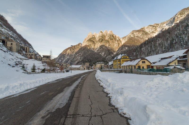 Ciudad minera alpina de Cave del Predil Italia fotos de archivo libres de regalías