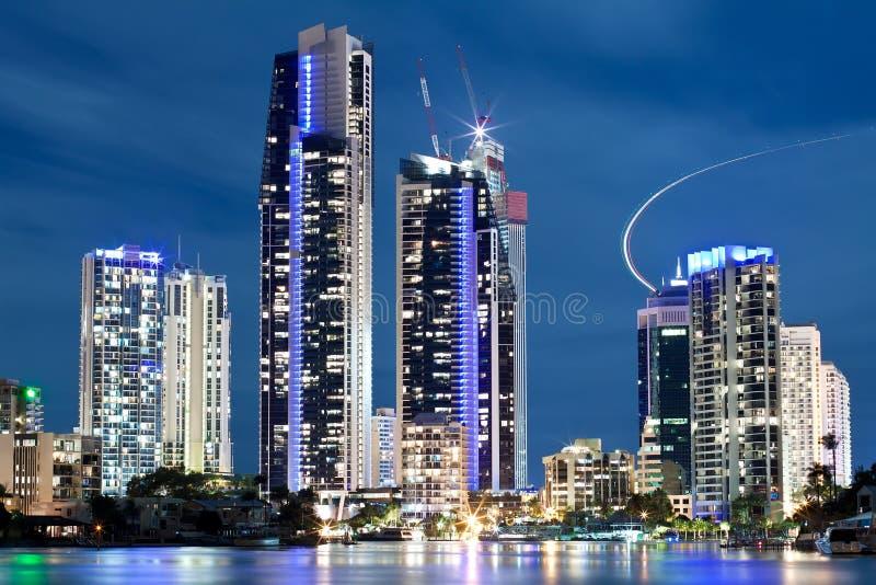Ciudad moderna australiana en la noche foto de archivo