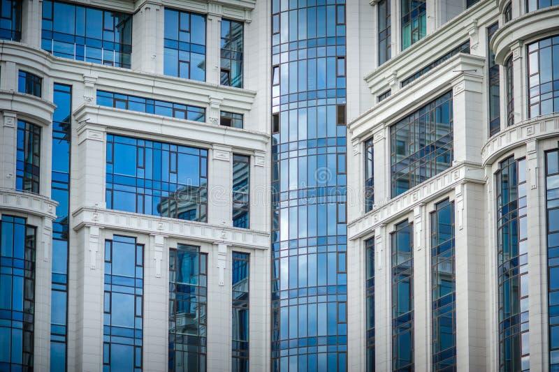 Ciudad moderna comercial del alto de la subida rascacielos de cristal del edificio del futuro imagen de archivo