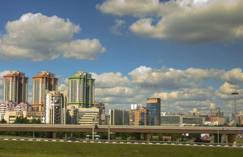 Ciudad moderna con las casas multicoloras de gran altura de las casas foto de archivo