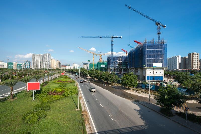 Ciudad moderna con tráfico de la carretera y edificio bajo construcción Ciudad de Hanoi, carretera larga de Thang fotos de archivo libres de regalías