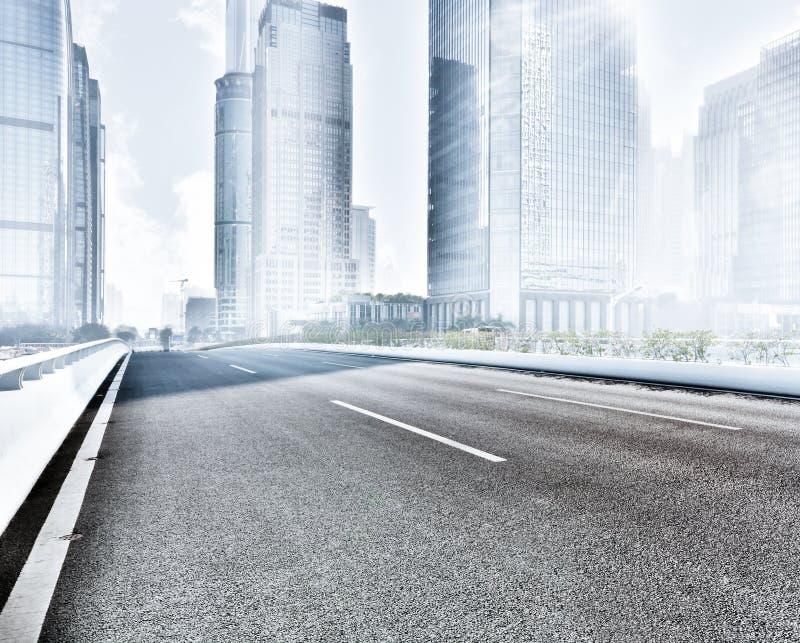 Ciudad moderna de la carretera de asfalto foto de archivo
