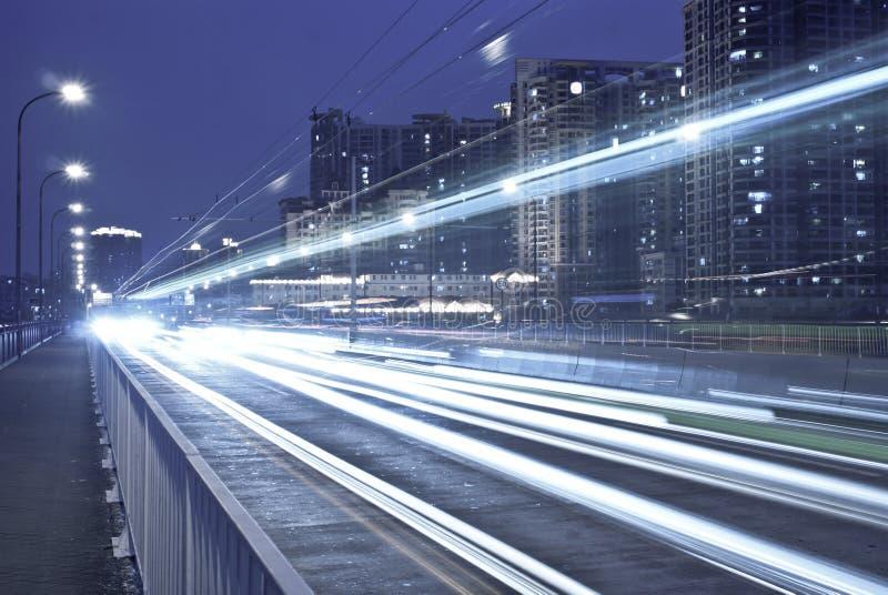 Ciudad moderna en la noche imagenes de archivo