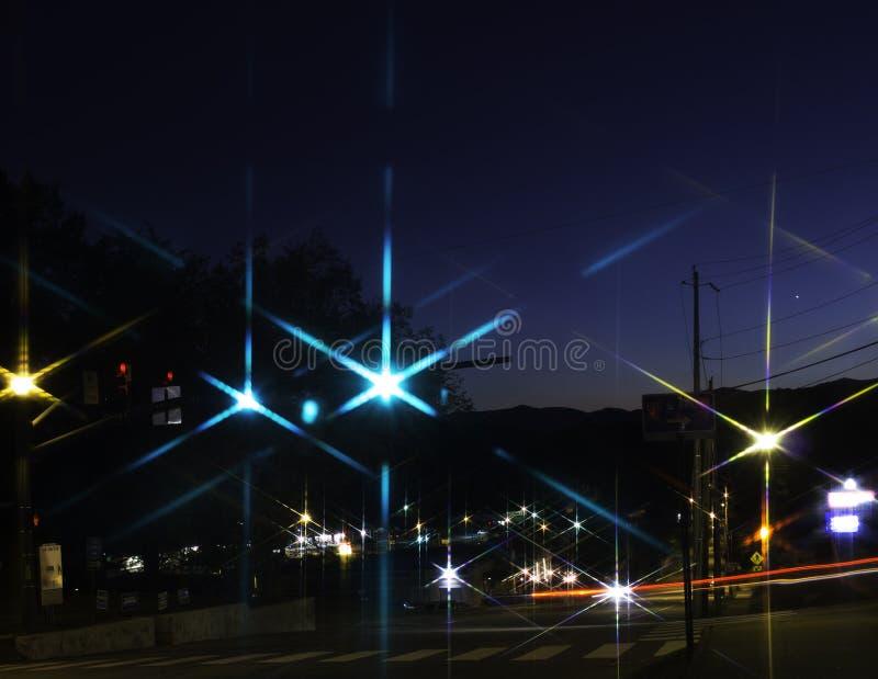 Ciudad Nightscape con las luces estrelladas foto de archivo