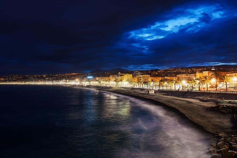 Ciudad Niza del horizonte en la noche en Francia foto de archivo libre de regalías