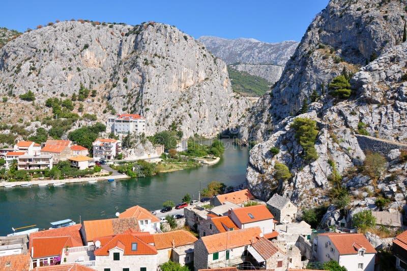 Ciudad Omis en Croacia con las montañas y el río Cetine foto de archivo libre de regalías