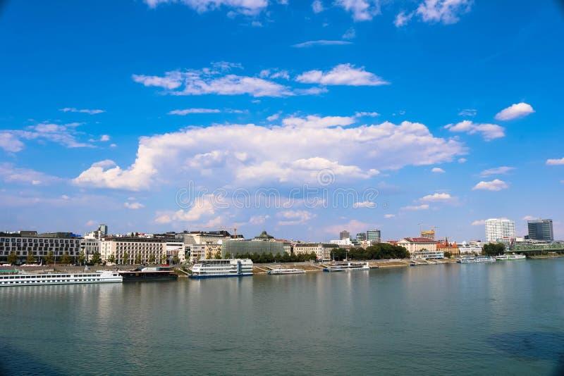 Ciudad opinión de Bratislava, el río Danubio foto de archivo