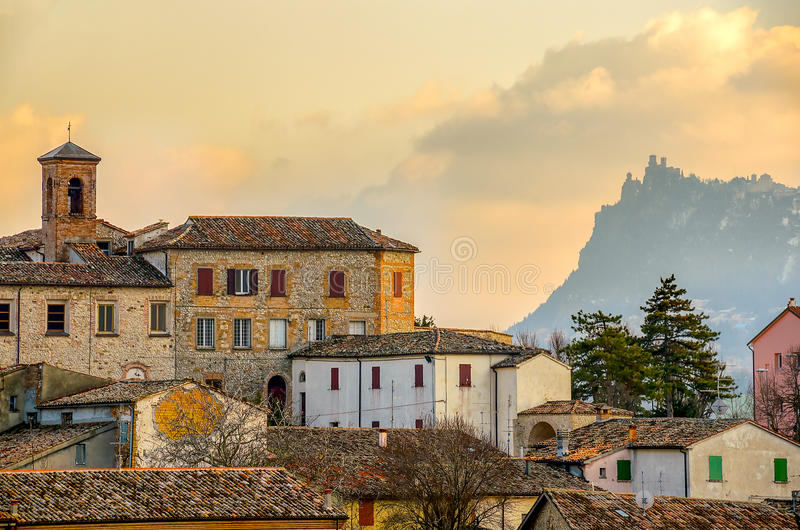 Ciudad paisaje italiano Emilia Roma del pueblo de Verucchio - de Rímini fotos de archivo